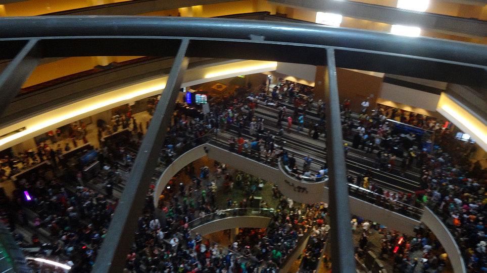 Dragon con crowd