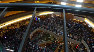 Dragon con crowd